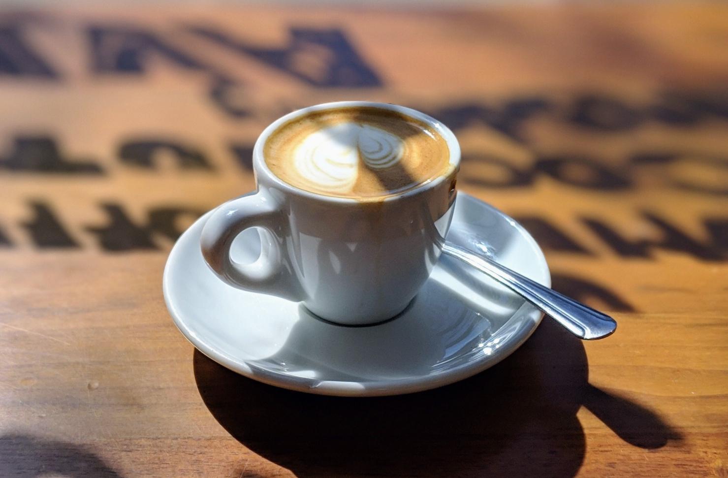 Kaffekopp på träbord
